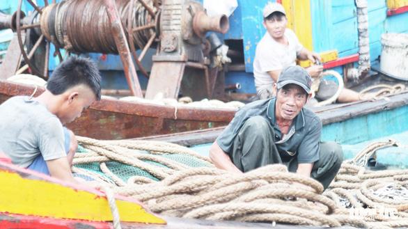 Tàu nằm bờ sau bão, ngư dân lại thấp thỏm lo áp thấp dồn dập - Ảnh 4.