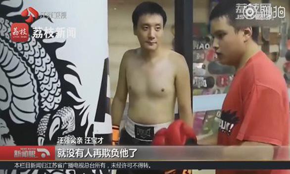 Người cha nuôi dạy con bị bại não thành nhà vô địch boxing - Ảnh 1.