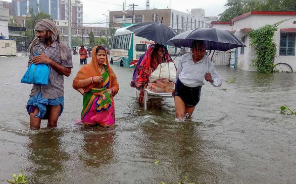 Ngập lụt từ nhà tù tới bệnh viện ở Ấn Độ - Ảnh 1.