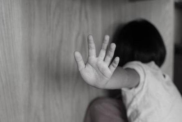 Người cha dượng bạo hành con riêng 5 tuổi của vợ suốt 20 tiếng đến chết - Ảnh 1.