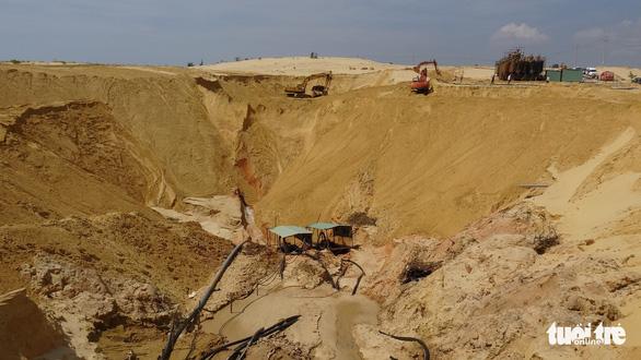 Sập mỏ khai thác quặng titan, một công nhân bị chôn vùi - Ảnh 4.
