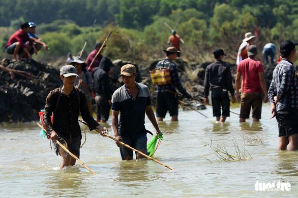Thủy điện Trị An ngưng xả tràn, ngàn người tranh nhau bắt cá dưới chân đập - Ảnh 3.