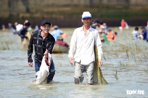 Thủy điện Trị An ngưng xả tràn, ngàn người tranh nhau bắt cá dưới chân đập - Ảnh 4.