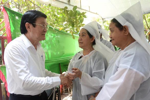 Nguyên Chủ tịch nước Trương Tấn Sang và lãnh đạo TP.HCM viếng ông Nguyễn Hữu Hạnh - Ảnh 1.