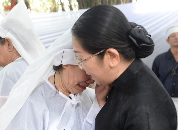 Nguyên Chủ tịch nước Trương Tấn Sang và lãnh đạo TP.HCM viếng ông Nguyễn Hữu Hạnh - Ảnh 2.