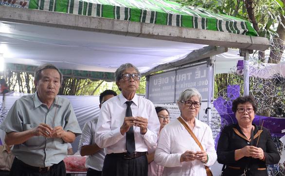 Nguyên Chủ tịch nước Trương Tấn Sang và lãnh đạo TP.HCM viếng ông Nguyễn Hữu Hạnh - Ảnh 3.