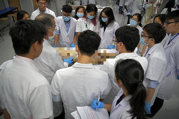 Các trường y áp dụng công nghệ vào môn giải phẫu cơ thể người - Ảnh 1.