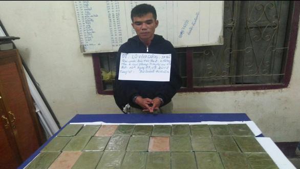 Bắt 2 nghi phạm mang 32 bánh heroin từ Lào vào Việt Nam - Ảnh 1.
