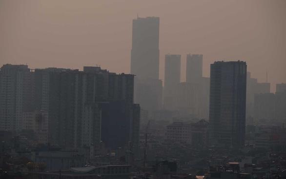 Không khí Hà Nội ô nhiễm tới ngưỡng gây hại cho sức khỏe - Ảnh 1.