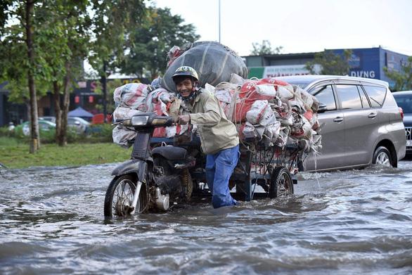Hôm nay triều cường TP.HCM có thể lên 1,62m, miền Trung mưa lớn - Ảnh 1.