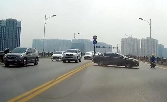 Đề nghị xử lý nghiêm tài xế ôtô quay đầu trái phép trên cầu Vĩnh Tuy - Ảnh 2.