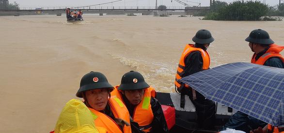 Lũ dâng cao cô lập nhiều xã ở Hà Tĩnh - Ảnh 2.