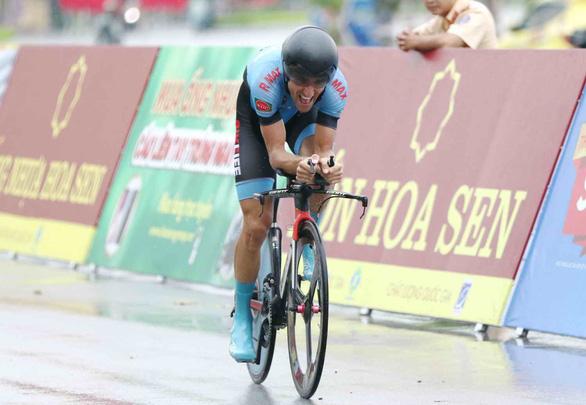 Đạp xe bể vỏ về đích, Jordan Parra đánh mất áo vàng - Ảnh 2.