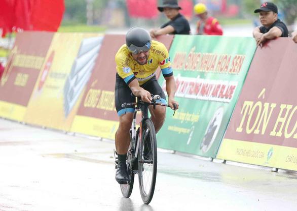 Đạp xe bể vỏ về đích, Jordan Parra đánh mất áo vàng - Ảnh 1.