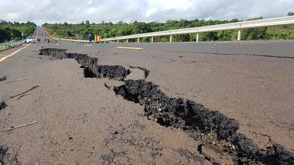 Đường nứt như động đất ở Gia Lai có thể do không lường mạch nước ngầm - Ảnh 1.