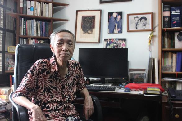 87 tuổi, dịch giả Dương Tường soi kính lúp dịch Kiều sang tiếng Anh - Ảnh 1.