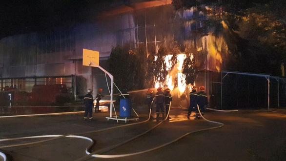 Lửa bao trùm công ty mút xốp, hàng trăm chiến sĩ dập cháy xuyên đêm - Ảnh 1.