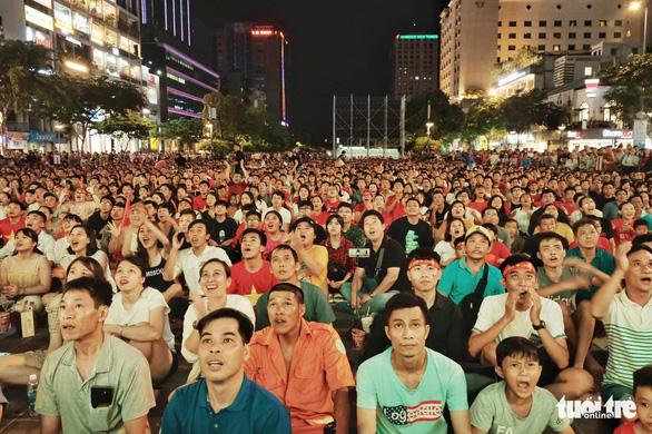 Hủy kế hoạch trực tiếp bóng đá ở phố đi bộ Nguyễn Huệ - Ảnh 1.
