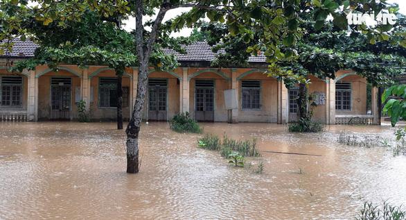 Gần 80.000 học sinh Hà Tĩnh hoãn khai giảng do mưa lũ - Ảnh 1.
