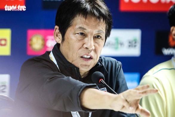 HLV Nishino: Các tiền vệ Thái sẽ chơi như tiền đạo - Ảnh 1.