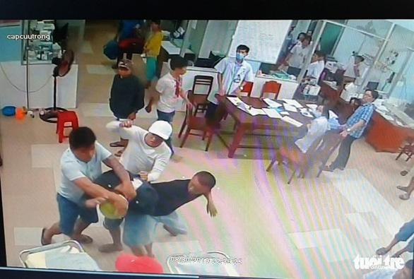 Nhóm thanh niên đâm chém nhập viện, lấy cả kéo bác sĩ... đâm nhau tiếp - Ảnh 1.