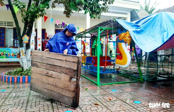 Các cô giáo Nghệ An đội mưa chuẩn bị sân khấu khai giảng - Ảnh 1.
