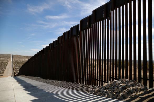 Bộ Quốc phòng Mỹ rút tiền xây trường, nhà trẻ mang xây tường biên giới - Ảnh 1.