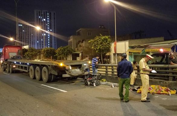 Chạy xe máy lên cầu vượt Tân Thới Hiệp, người đàn ông bị xe container cán chết - Ảnh 1.