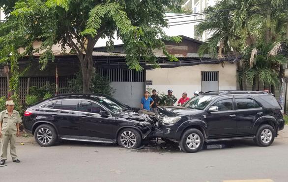 Xe hơi mất lái tông liên hoàn 4 xe máy, nhiều người bị thương - Ảnh 2.