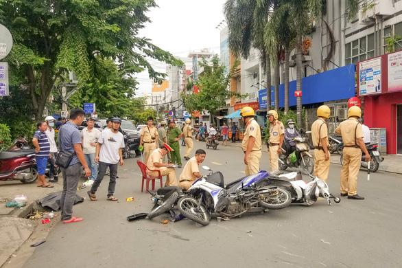 Xe hơi mất lái tông liên hoàn 4 xe máy, nhiều người bị thương - Ảnh 1.