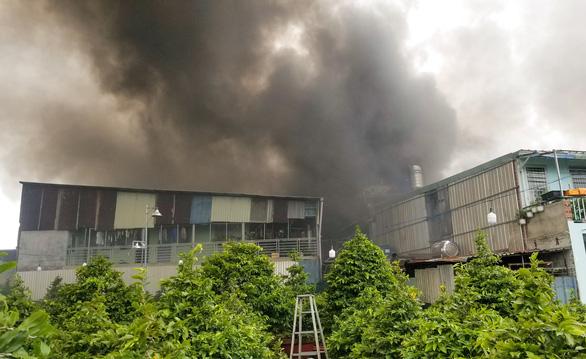 Xưởng đúc tượng ở Thủ Đức cháy dữ dội, cháy lan xưởng vải, xưởng gỗ - Ảnh 1.