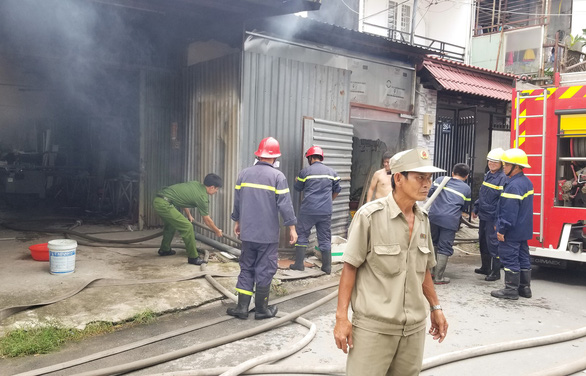 Xưởng đúc tượng ở Thủ Đức cháy dữ dội, cháy lan xưởng vải, xưởng gỗ - Ảnh 2.