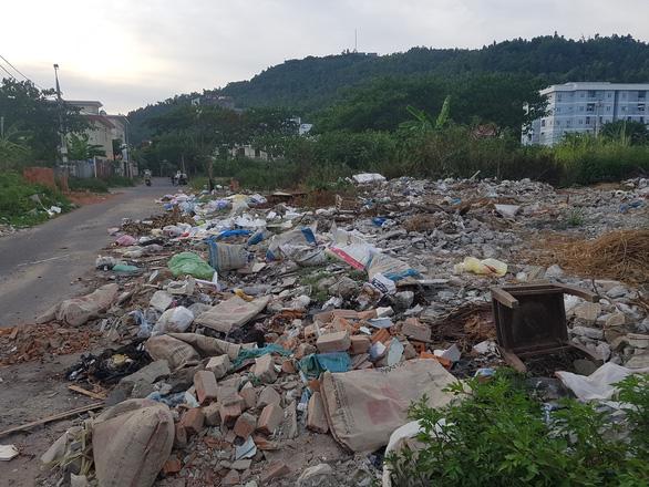 Thu gom rác thải ở Đà Nẵng: Nhiều bất cập đang lộ ra - Ảnh 1.
