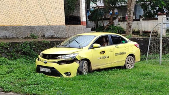 Bắt 2 tên cướp dùng súng gí vào đầu tài xế cướp taxi - Ảnh 1.
