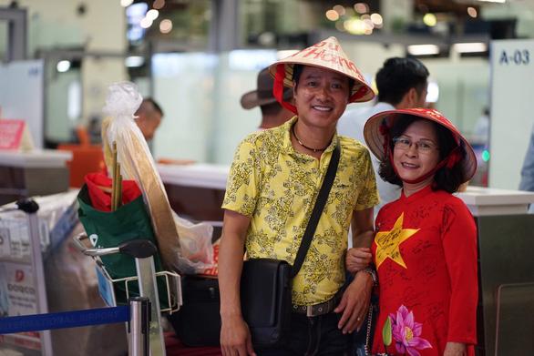 Cựu danh thủ Hồng Sơn sang Thái Lan cổ vũ cho đội tuyển Việt Nam - Ảnh 2.