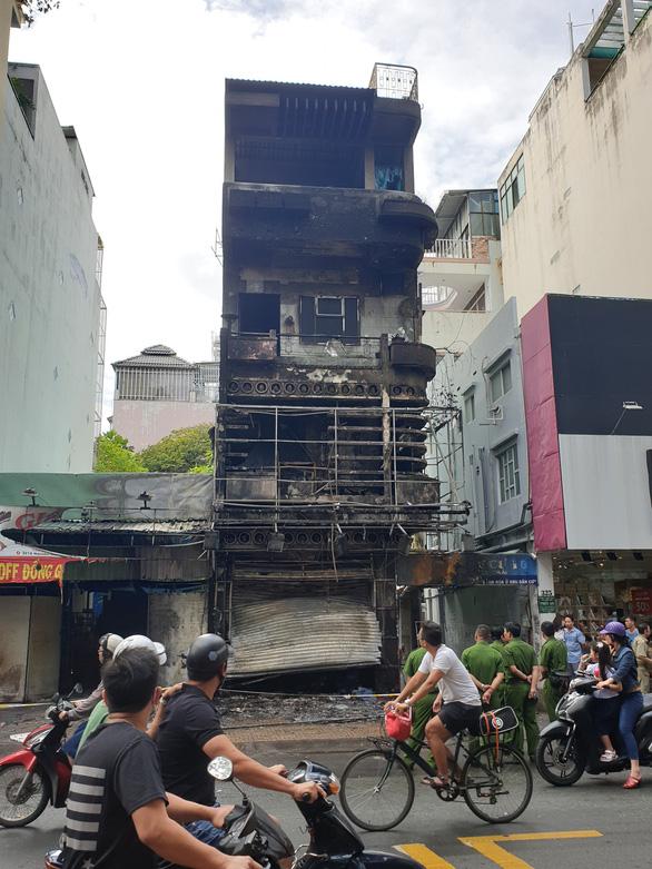 Giải cứu người phụ nữ kẹt trên tầng thượng căn nhà đang cháy ở TP.HCM - Ảnh 3.