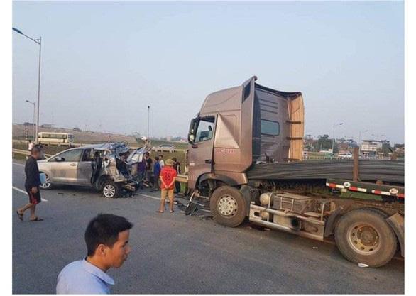 Vẫn đề nghị truy tố tài xế container đâm xe Innova đi lùi trên cao tốc - Ảnh 2.