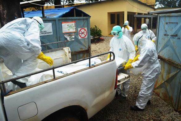 Người sống sót sau khi nhiễm Ebola có thể chết trong vòng 1 năm - Ảnh 1.