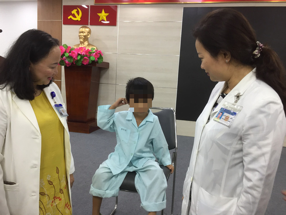 Bé 5 tuổi bị thủng màng nhĩ vì nhét pin điện tử vào lỗ tai - Ảnh 1.