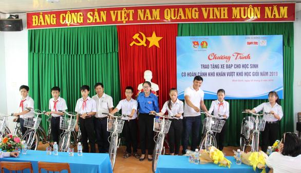Trao 60 xe đạp cho học sinh nghèo Bình Định ngày khai giảng - Ảnh 1.