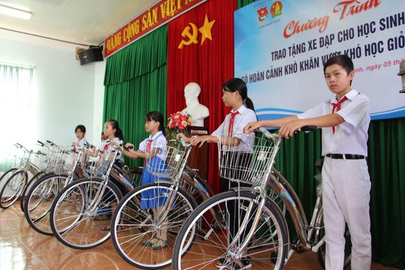 Trao 60 xe đạp cho học sinh nghèo Bình Định ngày khai giảng - Ảnh 2.