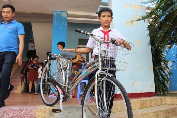 Trao 60 xe đạp cho học sinh nghèo Bình Định ngày khai giảng - Ảnh 3.