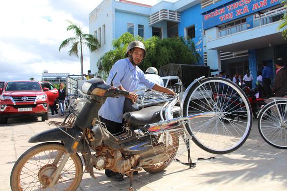 Trao 60 xe đạp cho học sinh nghèo Bình Định ngày khai giảng - Ảnh 4.