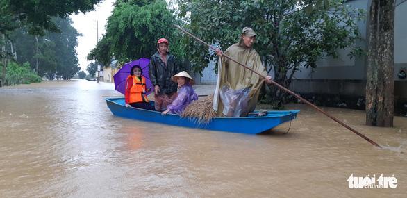 Bị nước lũ cô lập, người dân Hương Khê lo di dời tài sản, gia súc - Ảnh 2.