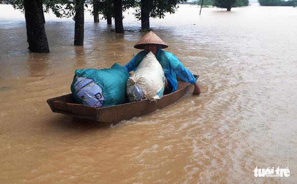 Bị nước lũ cô lập, người dân Hương Khê lo di dời tài sản, gia súc - Ảnh 5.