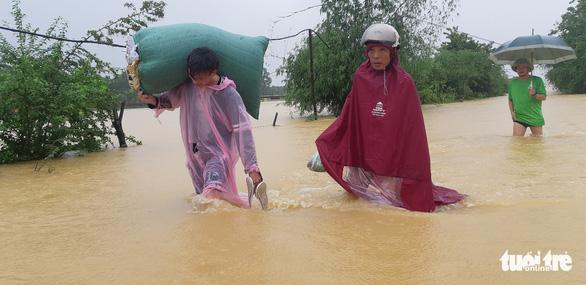 Bị nước lũ cô lập, người dân Hương Khê lo di dời tài sản, gia súc - Ảnh 4.
