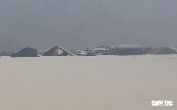 Cả xã chìm trong nước lũ, 600 nhà dân ngập đến nóc - Ảnh 2.