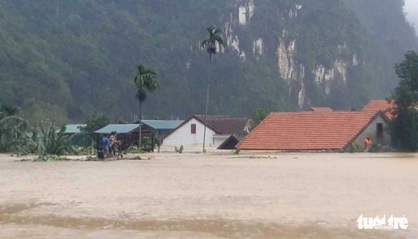 Cả xã chìm trong nước lũ, 600 nhà dân ngập đến nóc - Ảnh 1.
