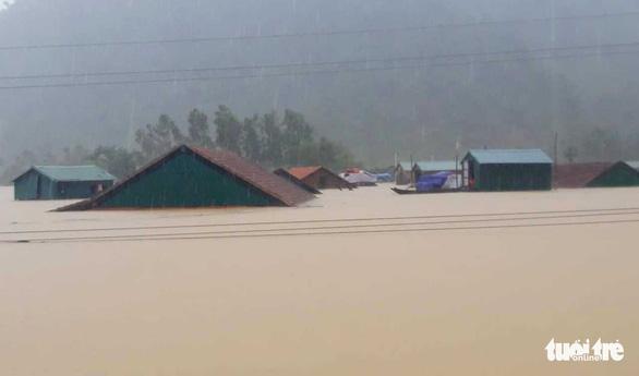 Cả xã chìm trong nước lũ, 600 nhà dân ngập đến nóc - Ảnh 3.