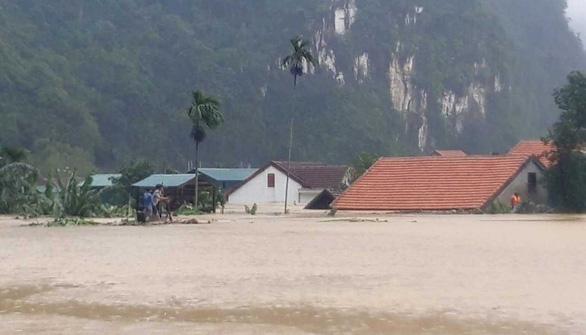 Miền Trung chìm trong biển nước, hơn 15.000 nhà bị ngập - Ảnh 1.